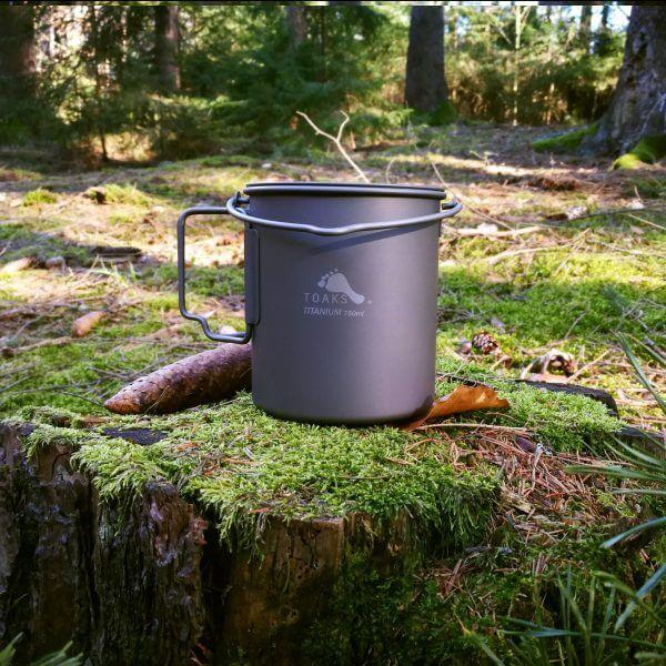 Ultralehký titanový hrnec POT-750-BH se závěsným ouškem v lese