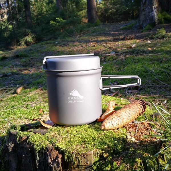 TOAKS Ultralehký titanový hrnec 1100 ml s pánvičkou v lese