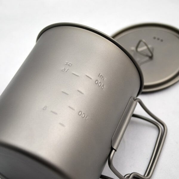 Detail na rysku u ultralehkého titanového hrnce 750 ml